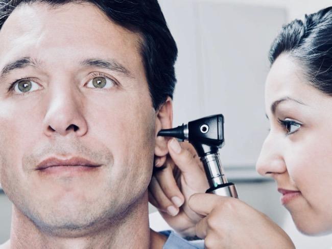 Por qué zumban los oídos