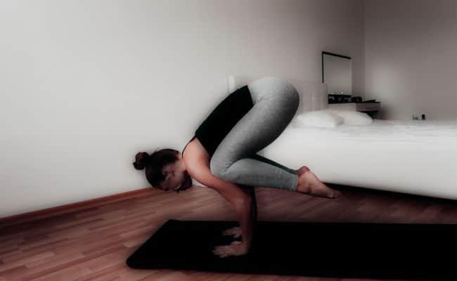 beneficios de hacer yoga en casa